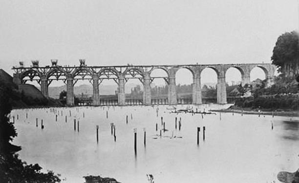 https://upload.wikimedia.org/wikipedia/commons/d/df/Le_viaduc_ferroviaire_de_Kerhuon_en_construction_%281862%29.jpg